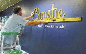 Home decorator turns to retail